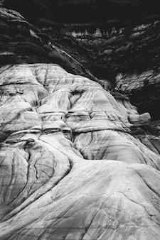 Foco raso de montanha rochosa