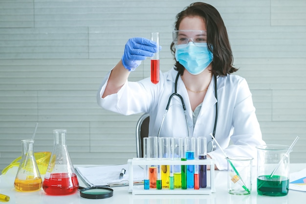 Foco selecionado, uma mulher química teste experimento químico em laboratório