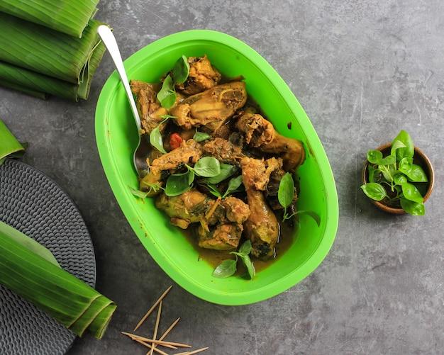 Foco seletivo ayam ungkep bumbu kuning ou frango marinado cozido com tempero de curry amarelo