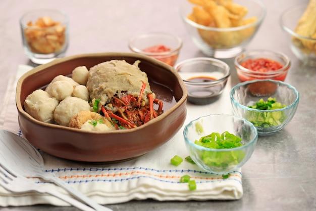 Foco seletivo bakso lagosta ou lagosta almôndega é lagosta fresca embrulhada com massa de almôndega e cozida