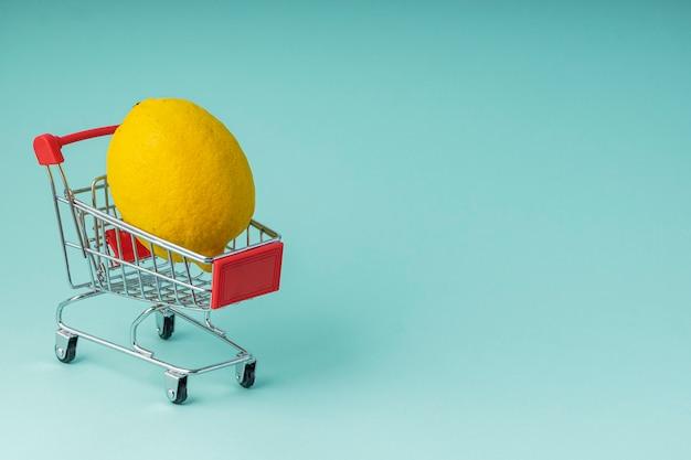 Foco seletivo, carrinho de supermercado pequeno brinquedo