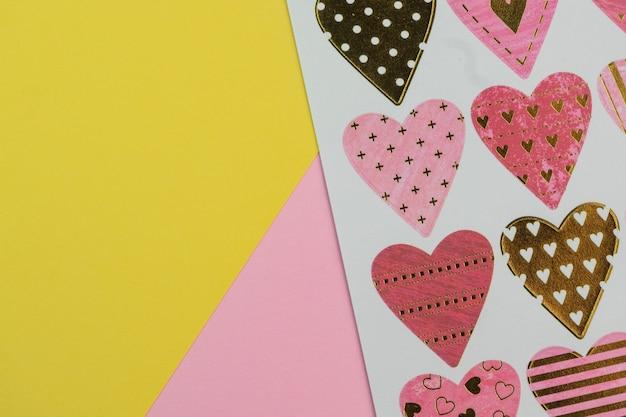 Foco seletivo, cartão postal com fundo de corações