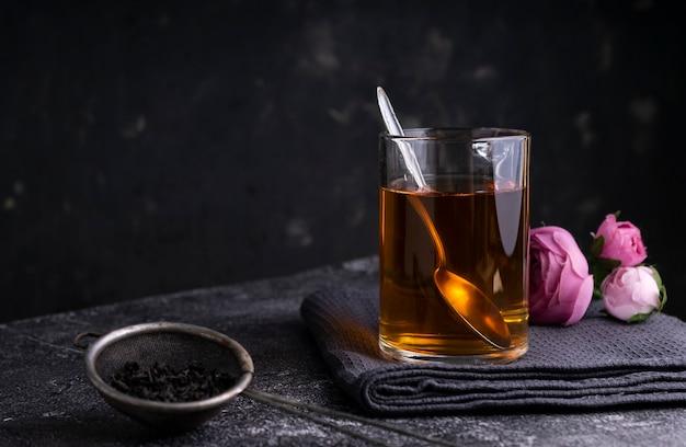 Foco seletivo: chá preto de ceilão em uma caneca transparente sobre a mesa. copyspace. posição horizontal. estilo minimalista