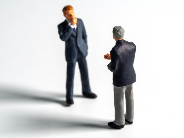 Foco seletivo da figura de negócios ou isolar o fundo. o líder da equipe discute com a equipe para encontrar a solução.