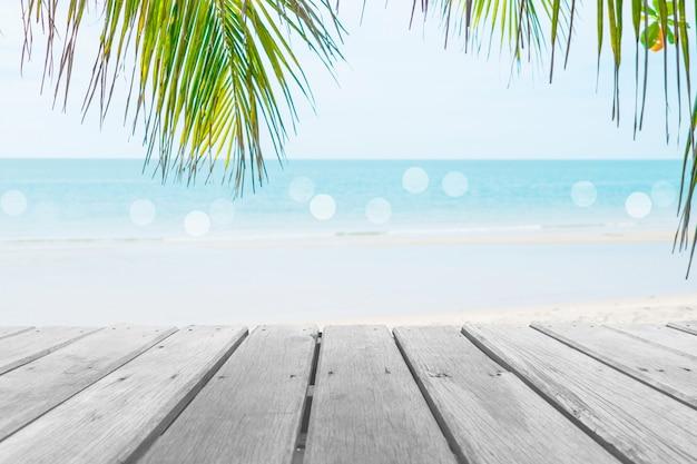 Foco seletivo da velha mesa de madeira com bela praia