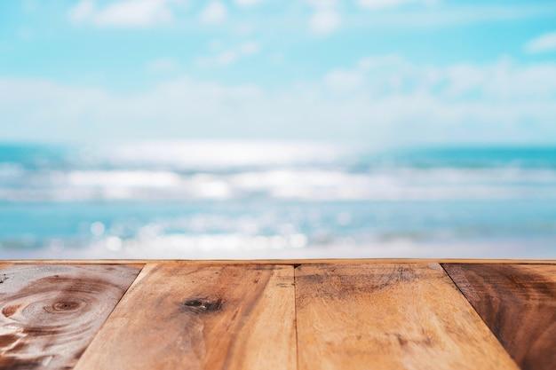 Foco seletivo da velha mesa de madeira com fundo de céu azul
