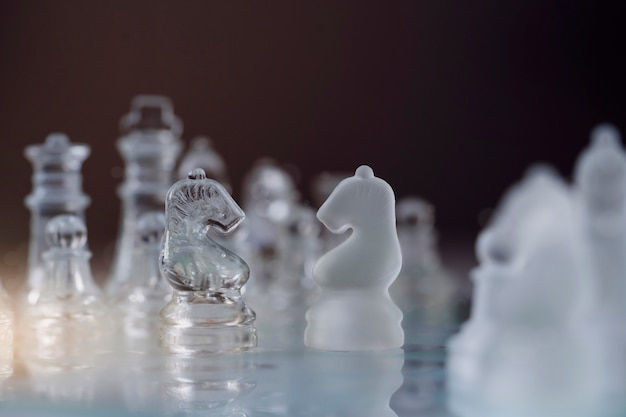 Foco seletivo de cristal cavaleiro xadrez no jogo de tabuleiro