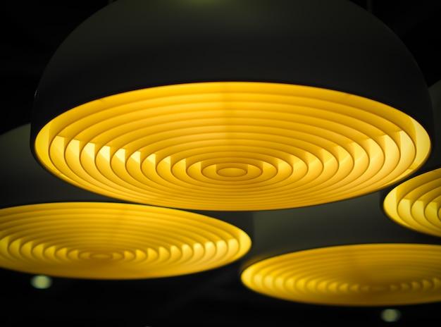 Foco seletivo de luzes de teto circulares geométricas no escuro. abstrato.