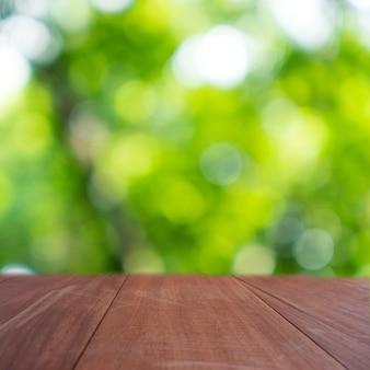 Foco seletivo de madeira velha vazia na folha verde da natureza do borrão com fundo abstrato do bokeh.