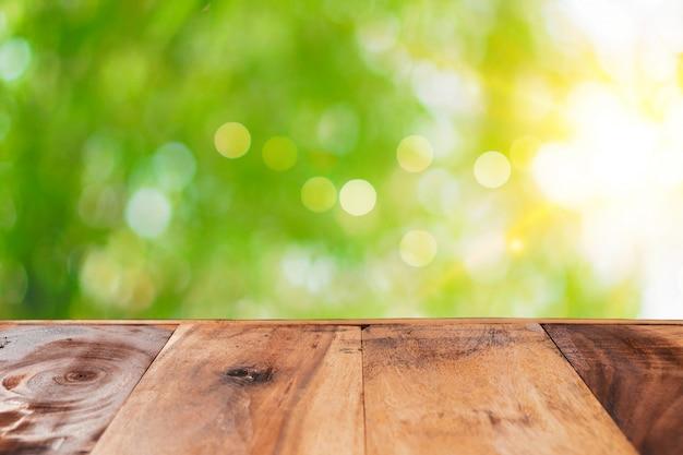 Foco seletivo de madeira velha vazia no borrão natureza bokeh verde fundo