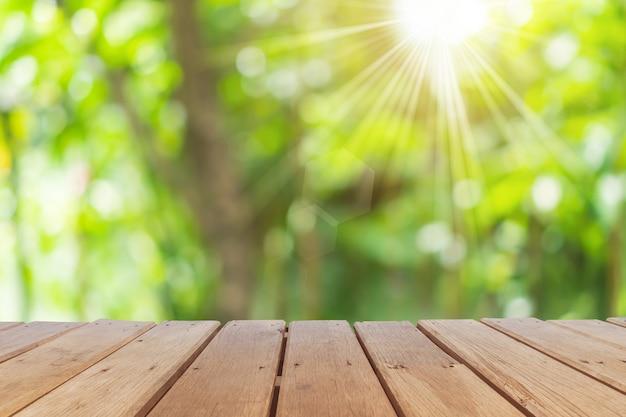 Foco seletivo de madeira velha vazia no parque de borrão da natureza do borrão com fundo do bokeh.