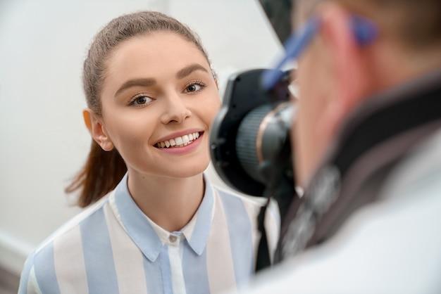 Foco seletivo de mulher sorrindo após clareamento dos dentes