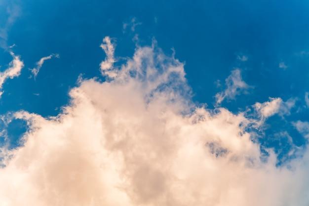 Foco seletivo de nuvens brancas suaves contra o fundo do céu azul.
