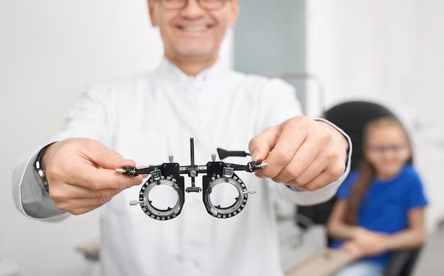 Foco seletivo de óculos especiais para verificar a visão
