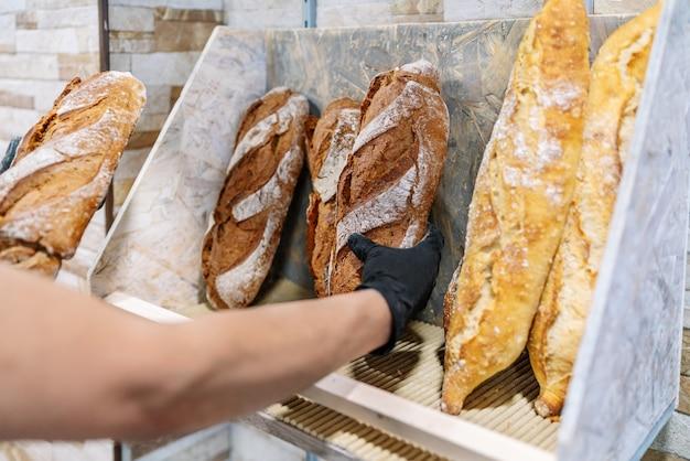 Foco seletivo de padeiros nas prateleiras de pães recém-assados
