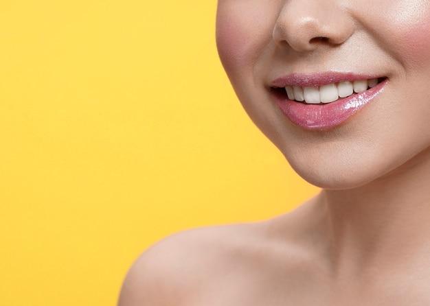 Foco seletivo de sorriso feminino em fundo isolado