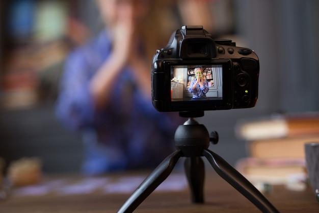 Foco seletivo de uma câmera profissional moderna durante a gravação de um vídeo
