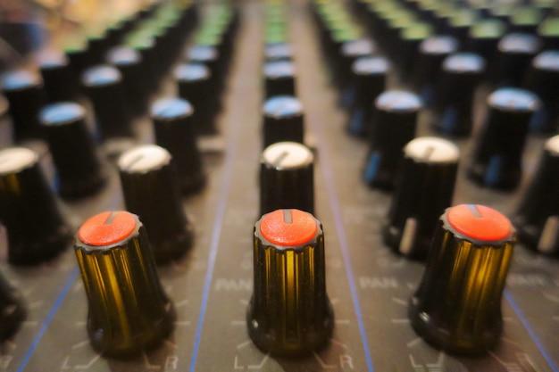 Foco seletivo do mixer de som analógico. rádio controlador de áudio. trabalhando com tecnologia.