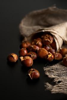 Foco seletivo em castanhas assadas no natal ou feriados