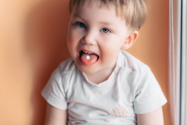 Foco seletivo, em, um, branca, pílula, ligado, um, língua, de, pequeno, toddler, menino bebê