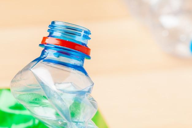 Foco seletivo, garrafa de plástico para reciclagem de resíduos