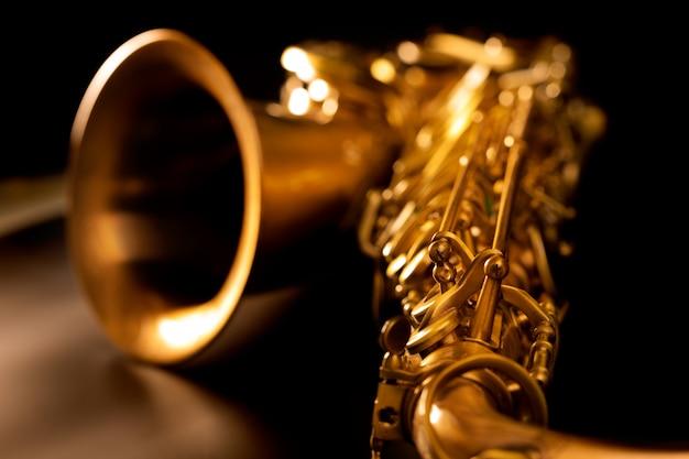 Foco seletivo macro do saxofone dourado do saxofone do tenor
