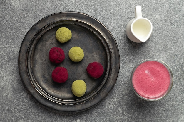 Foco seletivo na alternativa saudável ao café com leite de beterraba, chá verde matcha e trufas de framboesa rosa