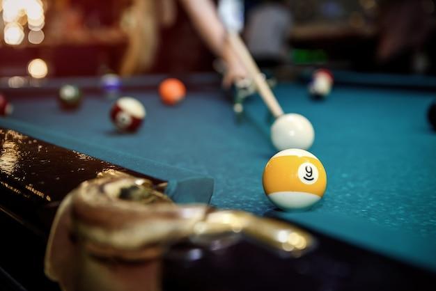 Foco seletivo na bola de bilhar na mesa azul