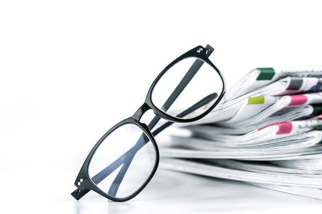 Foco seletivo na leitura de óculos com empilhamento de jornal