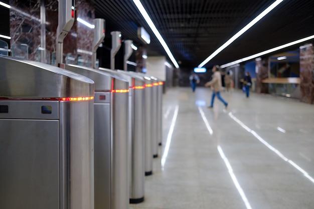 Foco seletivo nas catracas de uma estação de metrô