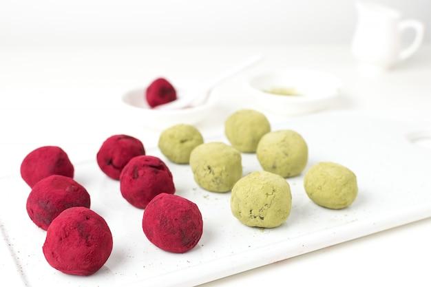 Foco seletivo no chá verde matcha e trufas de beterraba rosa framboesa