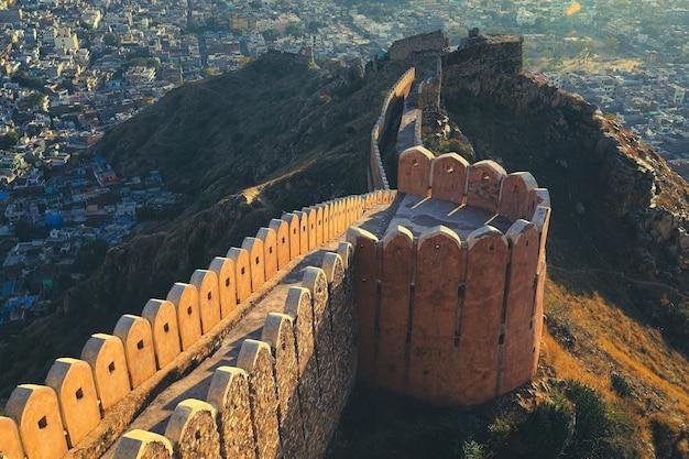 Foco seletivo no forte de nahargarh, na orla das colinas de aravalli, jaipur, rajastão, índia