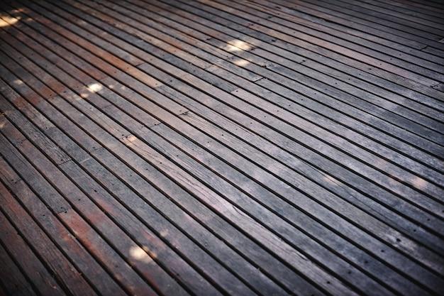 Foco seletivo o fundo de madeira velho do assoalho com grunge, textura rachada.