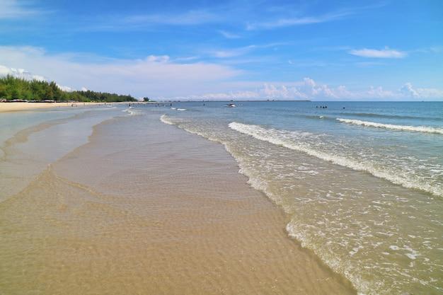 Foco suave das ondas batem na praia com areia