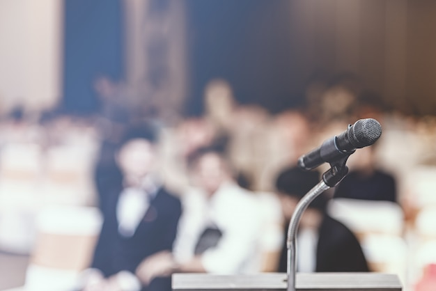 Foco suave de microfone de cabeça no palco da reunião de negócios ou evento