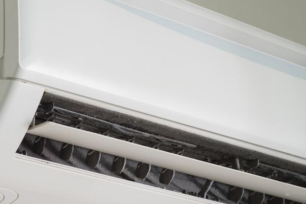 Foco suave de poeira no filtro de ar condicionado sujo