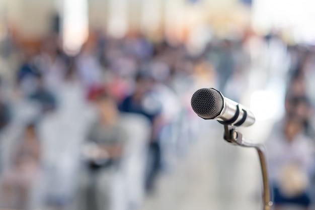 Foco suave do microfone principal no palco da reunião dos pais dos alunos na escola de verão ou evento com fundo desfocado, reunião da educação no espaço do palco e cópia, foco seletivo para dirigir o microfone