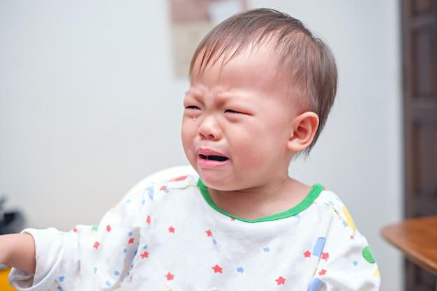 Fofa chateada, triste, triste, pequena asiática, criança, bebê, menino, criança chorando