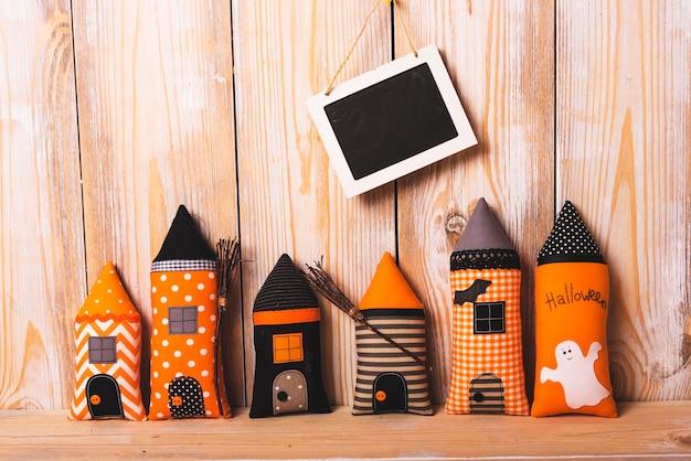 Fofa composição de halloween perto de quadro-negro