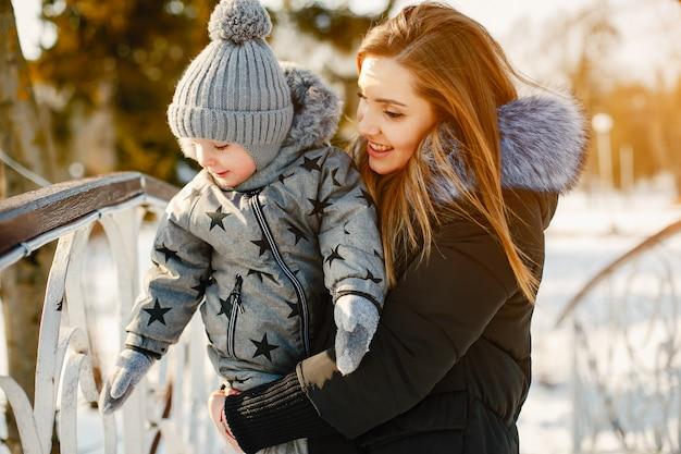 Fofa mãe com filho pequeno