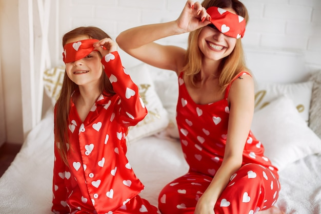 Fofa mãe e filha em casa de pijama