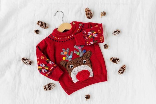 Fofinho suéter de natal com veados para o bebê. festa de natal