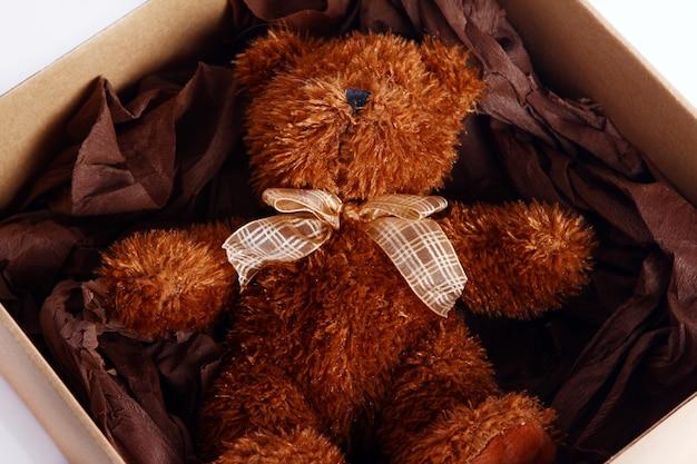 Fofo urso de pelúcia na caixa de presente