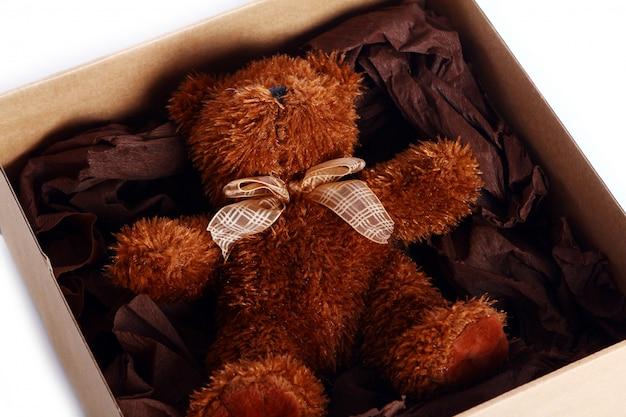 Fofo urso de pelúcia na caixa