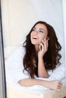 Fofoca com o melhor amigo no telefone