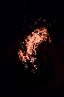 Fogo ardente isolado na escuridão.