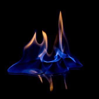 Fogo azul quente no preto isolado