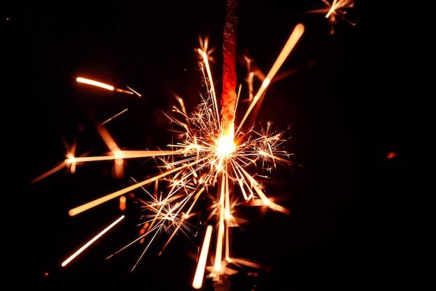 Fogo brilhante isolado em fundo preto desfocado