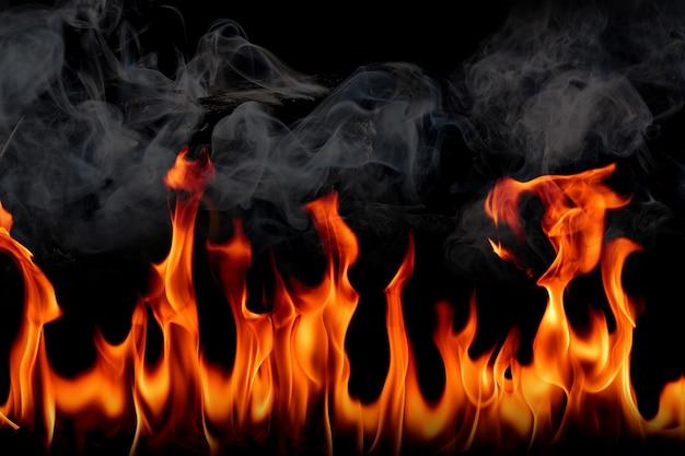 Fogo chamas com fumaça em fundo preto