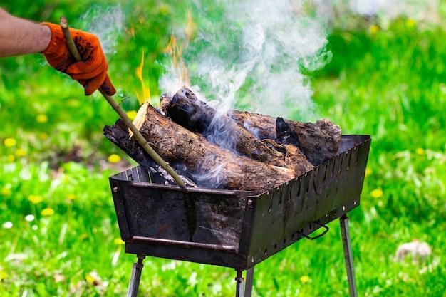 Fogo, chamas de brasa de madeira para churrasco ou churrasco, fumaça e lenha